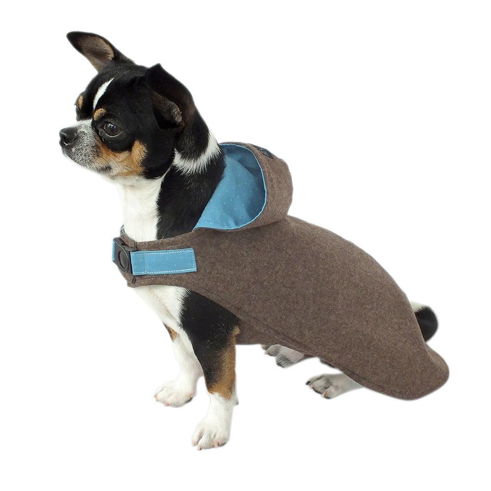 Stilvoll kombiniert – brauner Loden Hundemantel mit Kapuze, gefüttert mit hellblau gepunkteter Baumwolle.