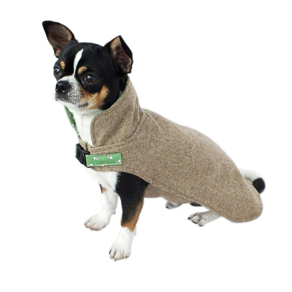 Hellbrauner Loden Hundemantel mit hohem Kragen und hellgrün geblümten Innenfutter aus Baumwolle – perfekt für kühle Tage, da winddicht, wassser- und schmutzabweisend sowie temperaturausgleichend und atmungsaktiv. Außerdem ist Loden geruchsneutral.
