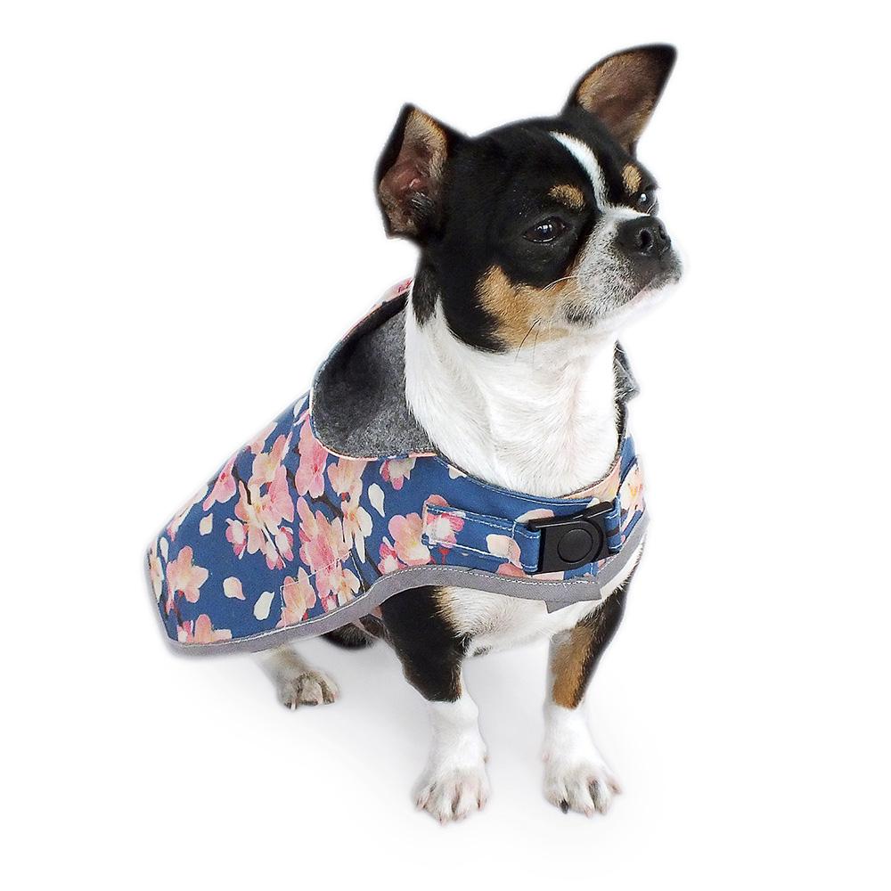 Oilskin Hundemantel mit Kapuze aus gewachster Baumwolle mit floralem Design. Winddicht, wasser- und schmutzabweisend - ideal für nasse Tage dank temperaturausgleichenden und atmungsaktiven Eigenschaften. Innenfutter grauer Loden.