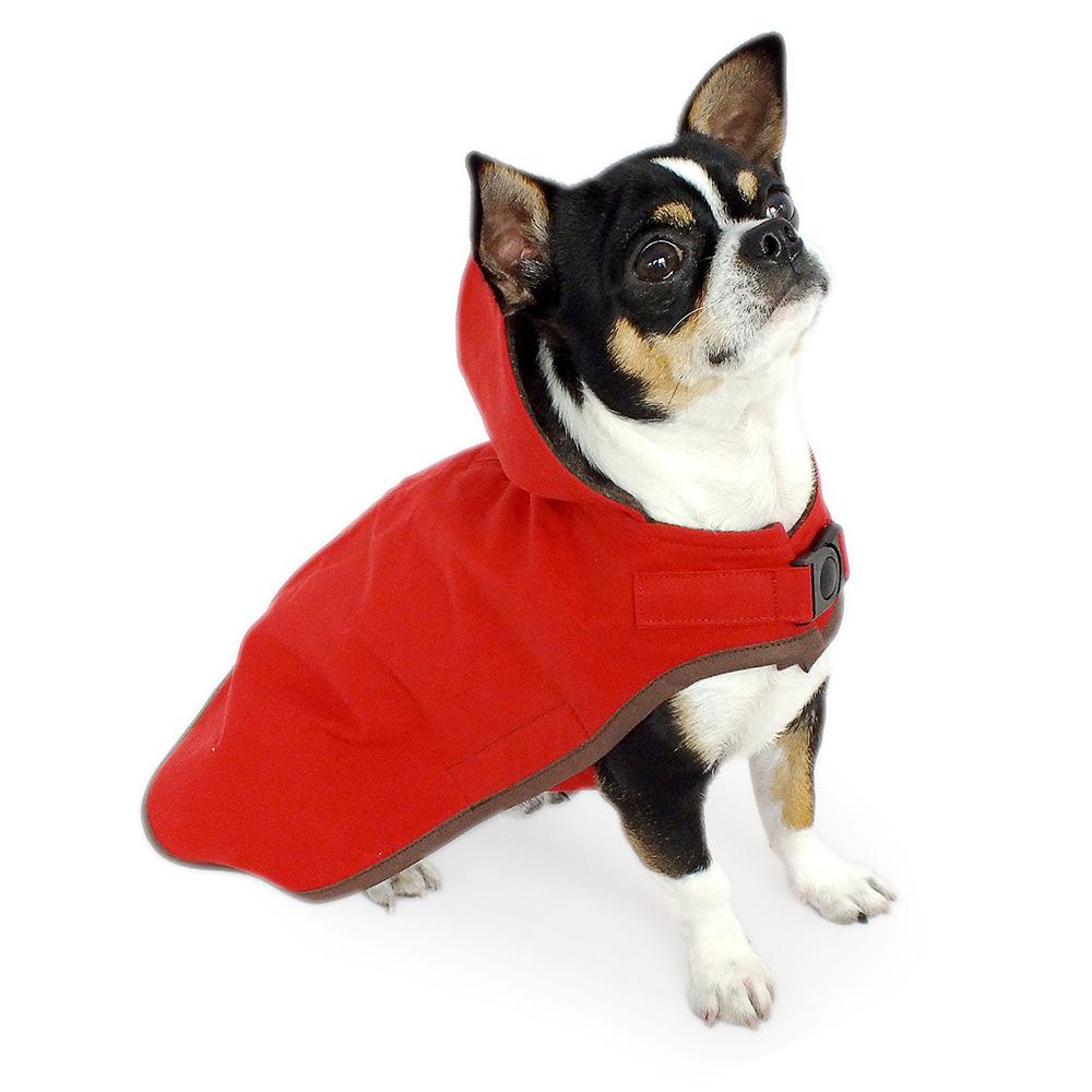Leuchtend roter Oilskin Hundemantel mit Kapuze aus gewachster Baumwolle. Winddicht, wasser- und schmutzabweisend - ideal für nasse Tage dank temperaturausgleichenden und atmungsaktiven Eigenschaften. Gefüttert mit braunem Strickloden.
