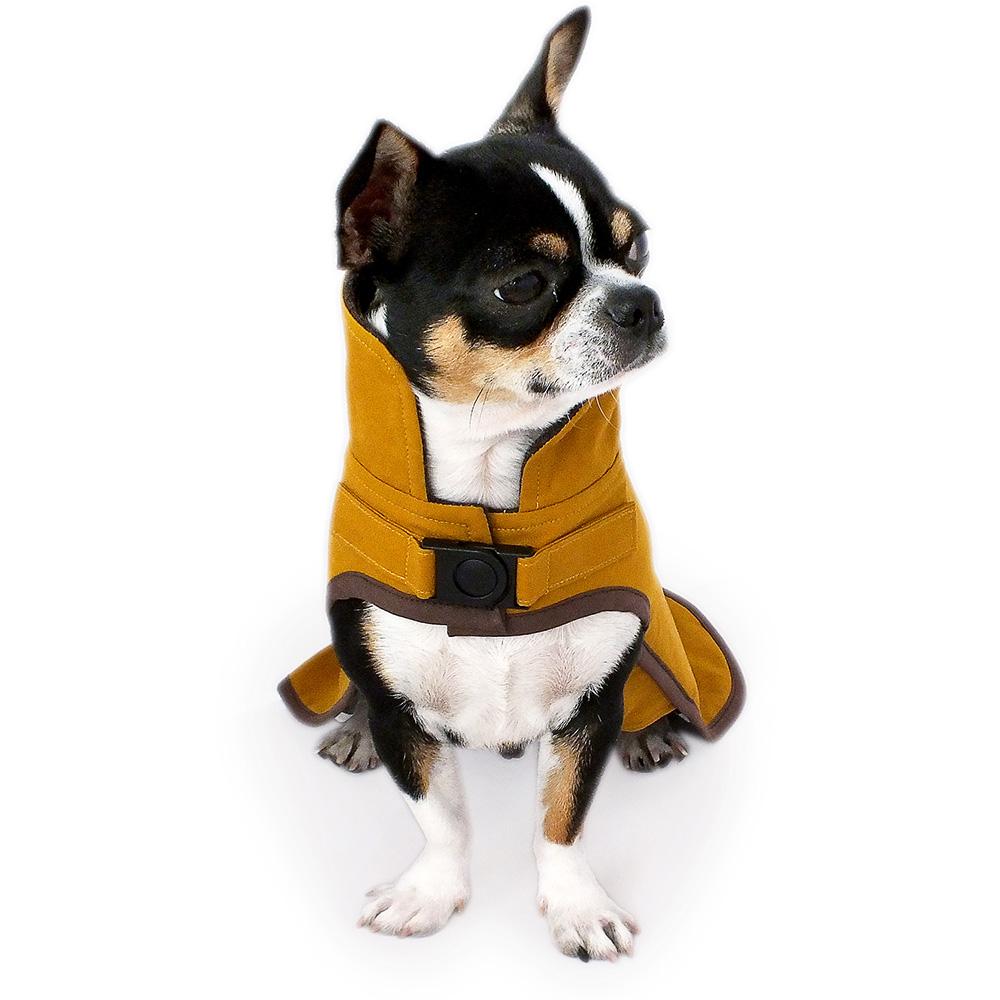 Senfgelber Oilskin Hundemantel mit hohem Kragen aus gewachster Baumwolle. Winddicht, wasser- und schmutzabweisend - ideal für nasse Tage dank temperaturausgleichenden und atmungsaktiven Eigenschaften. Gefüttert mit braunem Strickloden.